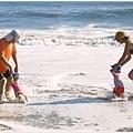 海邊的小寶寶並不多,難得遇到同伴 :D