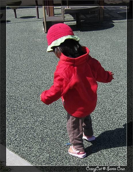 4/10 看她早上穿爸爸夾腳拖穿得很高興,媽媽就給她穿上她的小夾腳拖
