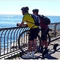 兩個騎獨輪車的遊客
