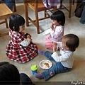 小曼一開始吃點心,兩個小妹妹就跑來了...