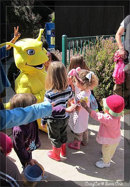 陳小牛不知為什麼一直把手上的小鴨拿給 slug 超人