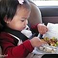 陳小牛在車上愉快地享用奶奶為她準備的午餐便當(超幸福)