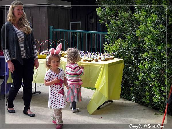 旁邊有復活節籃子造型的 cupcake(籃子裡還擺了 jellybeans 當蛋 XD)