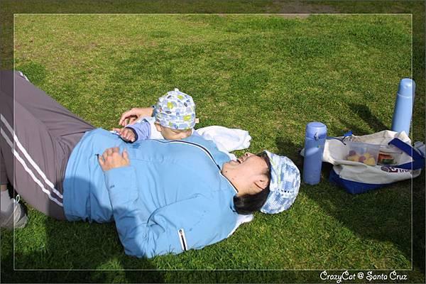 爸爸把Q寶放在媽媽身邊,小傢伙很高興地準備吃奶 XD