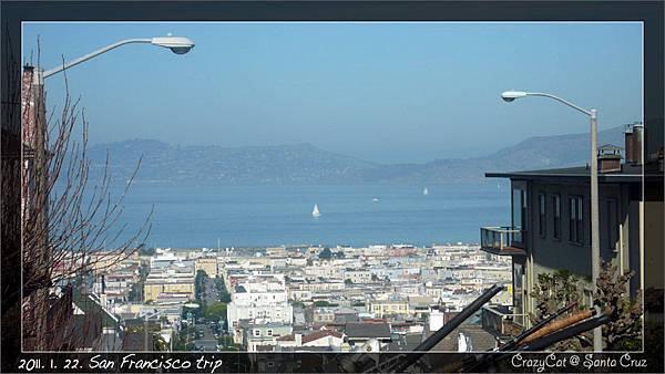 從高處可以直接看到海灣和灣裡的船帆點點