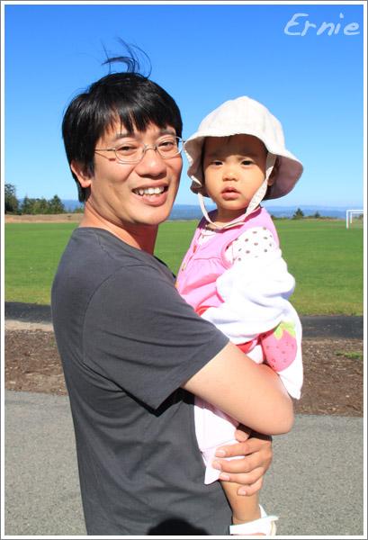 借準爸爸練習一下抱小孩