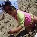再度回到媽媽身邊玩沙