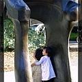 這幅畫面並不是陳小牛抱著奶奶表示親愛,而是....(請見下一張)