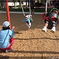 陳小牛在學媽媽與弟弟玩peek-a-boo