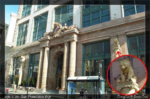 不知名的大樓,柱子上的雕像是小熊耶!很有趣~