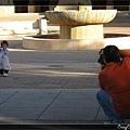 父母兩個一人一台相機,忙著捕捉寶貝女兒的倩影