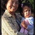 抱著心愛的兔兔與心愛的奶奶合照