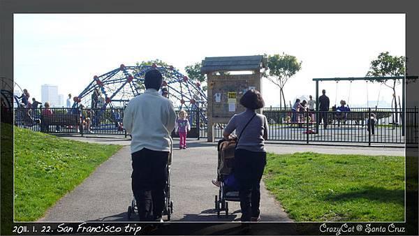 進公園不久就發現超大的 playground