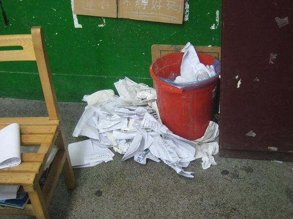 凌亂垃圾桶