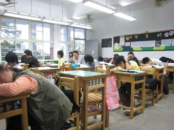 上課睡成一團