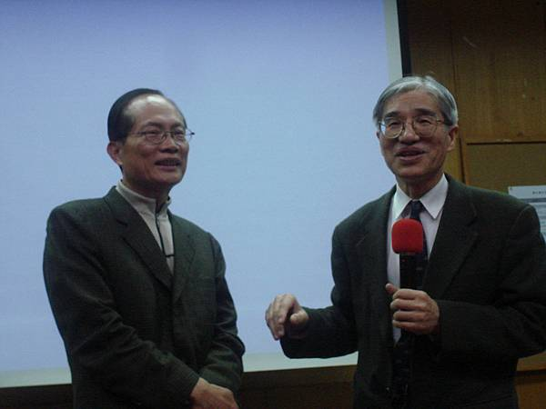 洪勝堃秘書長(左)蒞臨演講(右為許春金老師)