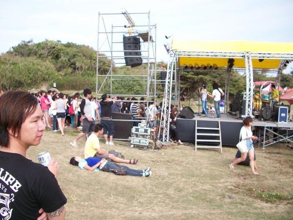 春吶總是有自由的戶外舞台 有山有水 有人群.jpg