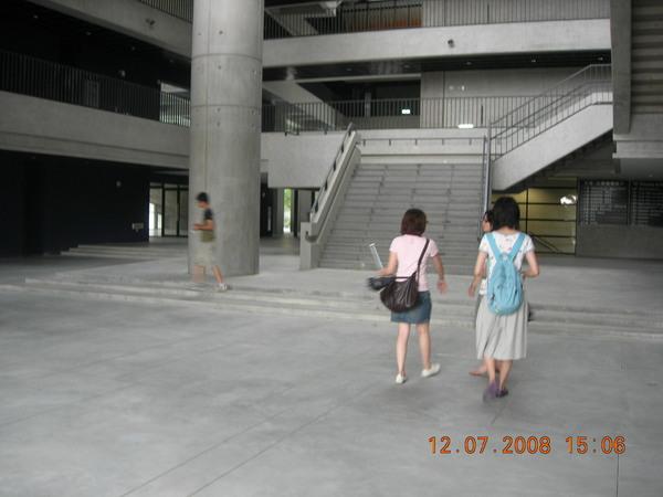 我們學校真是沉迷於大樓梯
