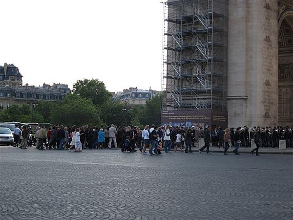沒想到後面跟了一堆遊客搭便車