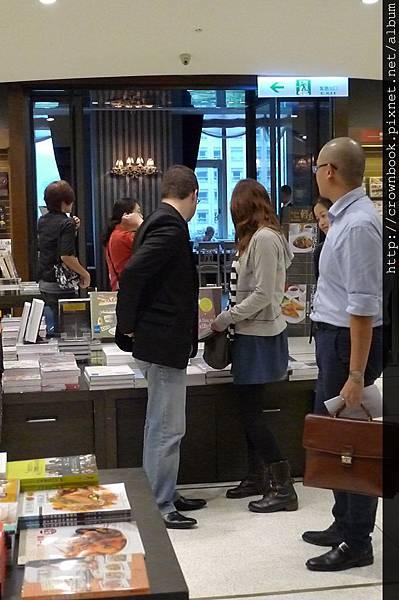 行程滿滿的Musso,趁活動空檔逛起了書店.JPG