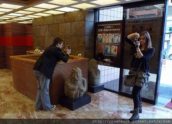 結束了媒體茶敘,穆索和女友在皇冠大廳拍自己的作品海報.JPG