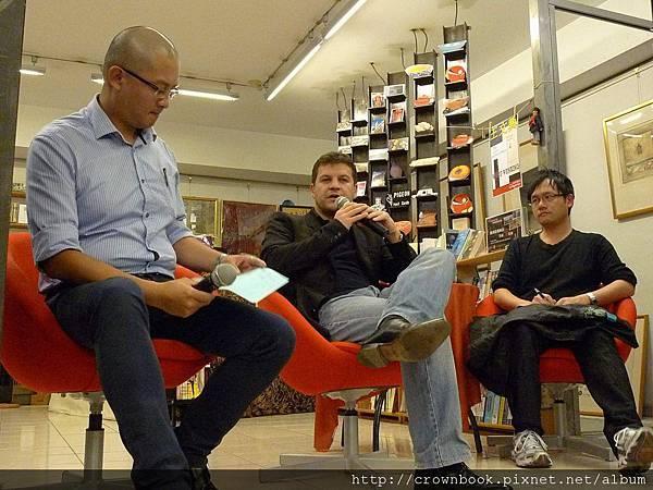 穆索與伊格言在信鴿書店進行深度的中法文學對談.JPG