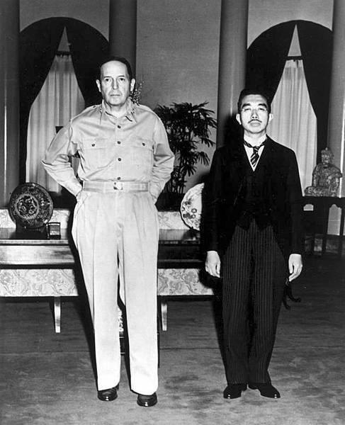 23-戰後麥克阿瑟與日本天皇裕仁合影