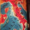 牆上的義大利地圖.JPG