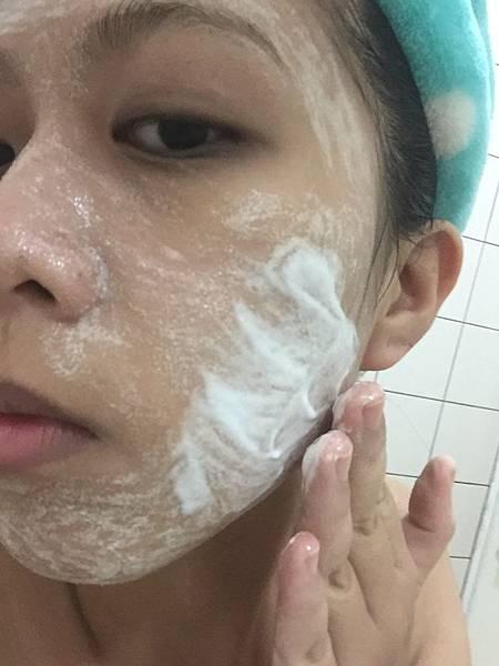 取適量與剛才敷在臉上的第1步驟結合時會開始起泡 均勻抹於全臉一樣靜置1分鐘