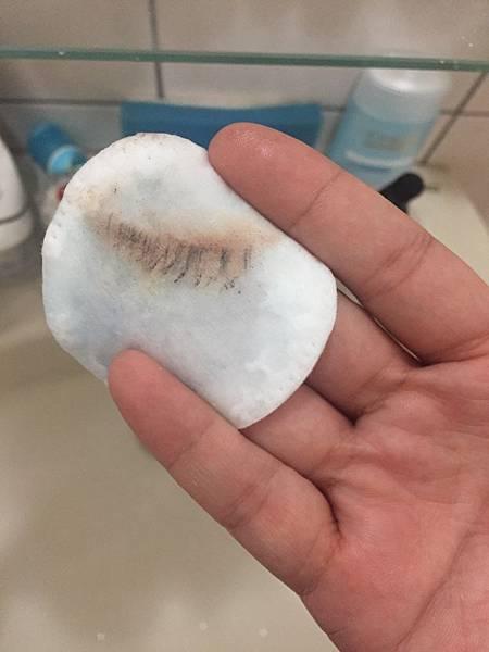 你們看,眼妝很好溶解,包括睫毛膏