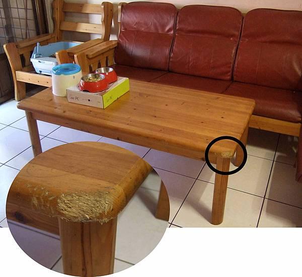 被啃爛的原木桌.jpg