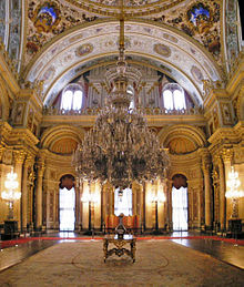 220px-Ceremonial_hall_Dolmabahce_March_2008_pano2b