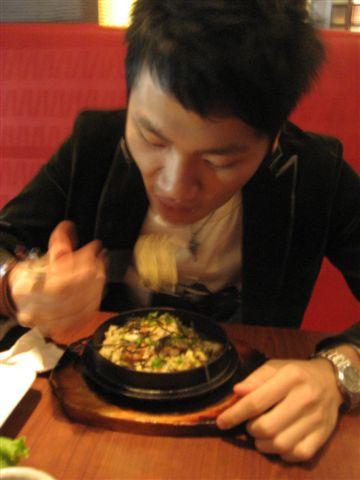 店長正奮力吃炒飯.......