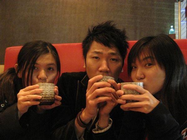 我、店長、秋菁~窩在一起喝茶取暖  XD