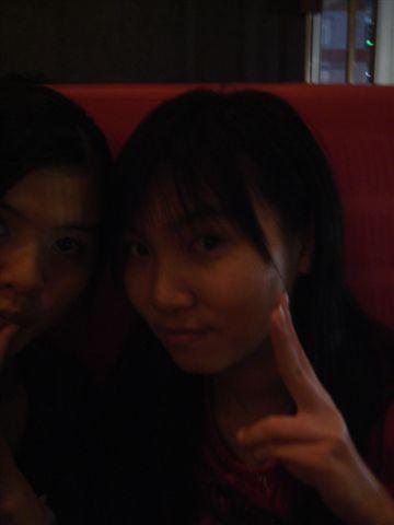 秋菁和我-1 她的相機拍起來很暗耶..