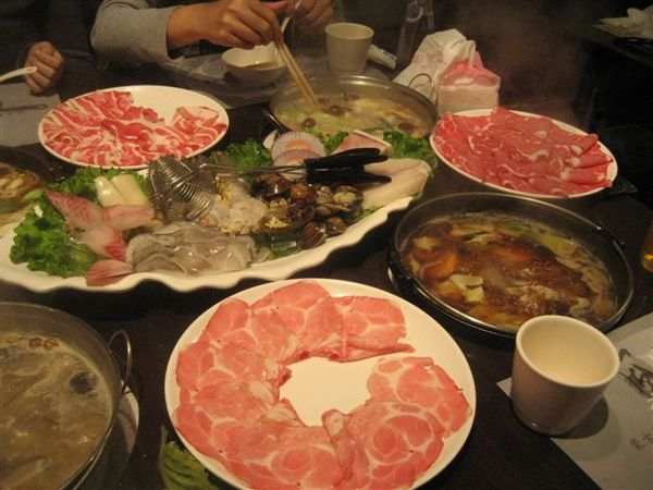 滿桌的肉和菜-1