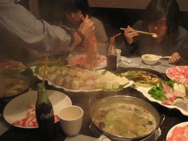 滿桌的肉和菜-2