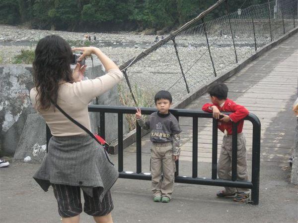 媽:來~看這邊  孩A:YA  孩B:人家不要拍