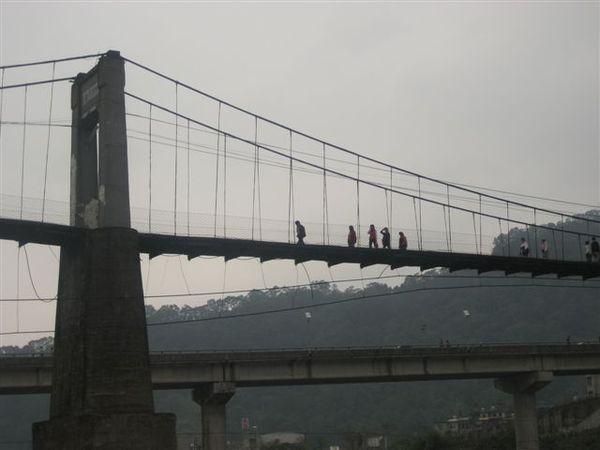 橋上的一行人...是要去取經吧?