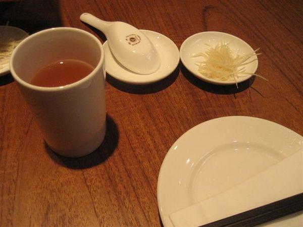 茶和一堆空盤XD(菜還沒上在亂拍)