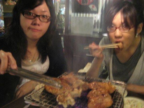 小捲和邱涵(→正在吃)