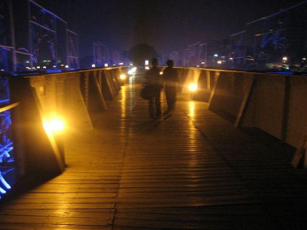 愛河邊..蠻美的橋-1