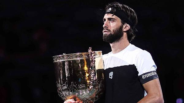 basilashvili-beijing-2018-sunday-trophy.jpg