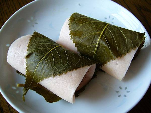 A_rice_cake_filled_with_sweet_bean_paste_and_wrapped_in_a_pickled_cherry_leafkatori-cityjapan-800x600.jpg