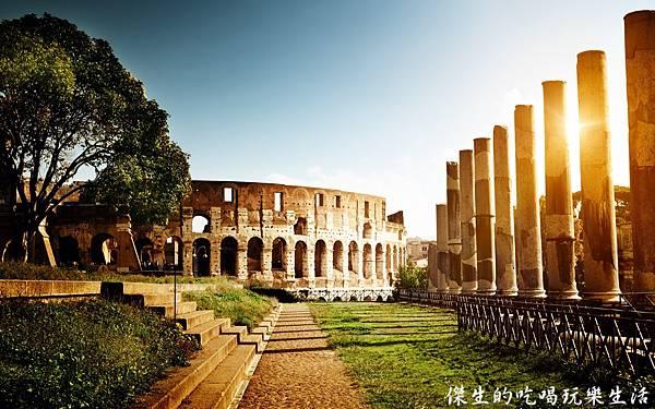 Colosseum-Italy-architecture-ruins-sun_2560x1600