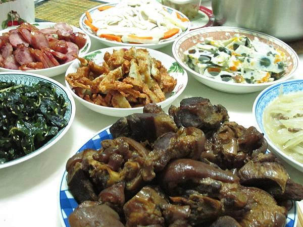 【1Y】外婆準備了一桌子的菜.JPG