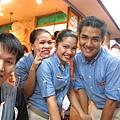 【長灘島】妞13M20D-Shakey's的店員們.JPG