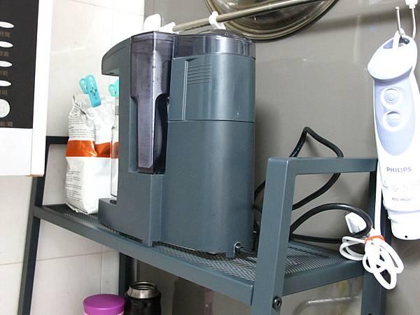 上層放咖啡機跟咖啡豆.JPG