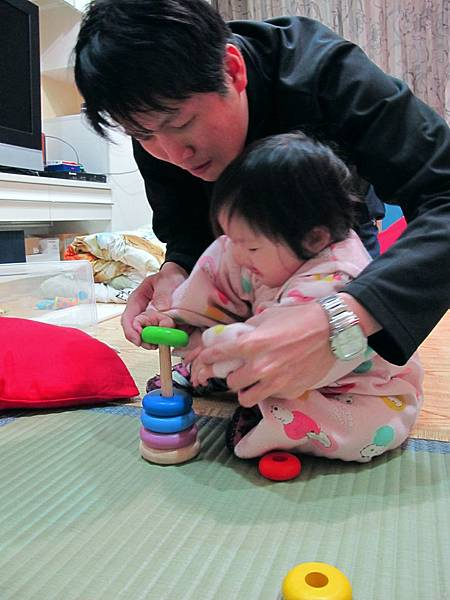【11M20D】呂把拔教妞妞套圈圈.JPG