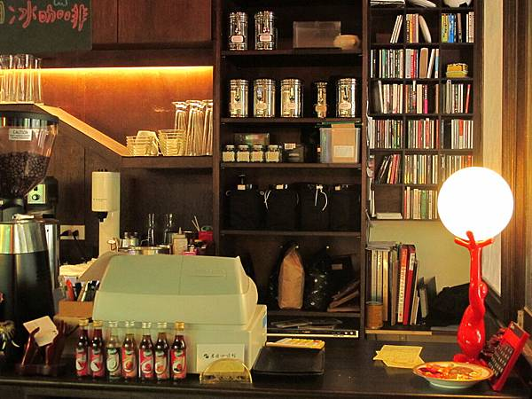 【老柴咖啡館】櫃台角落.JPG